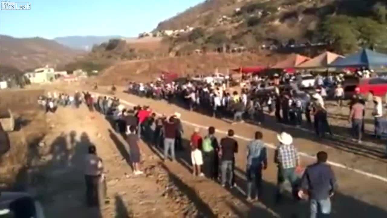 Bị ngựa húc vì đứng giữa đường đua