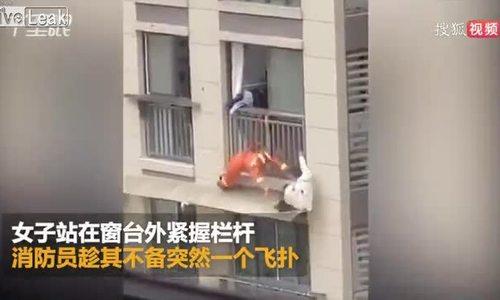 Cô gái trượt chân, rơi khỏi ban công chung cư
