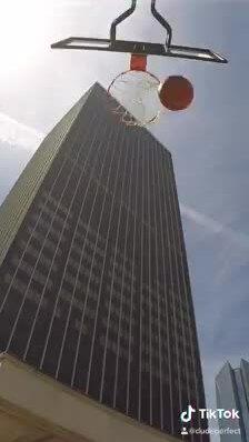 'Pha ném bóng rổ cao nhất thế giới' gây tranh cãi khắp mạng xã hội