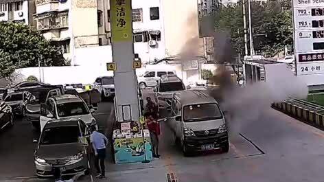 Xe ô tô cháy ở cây xăng