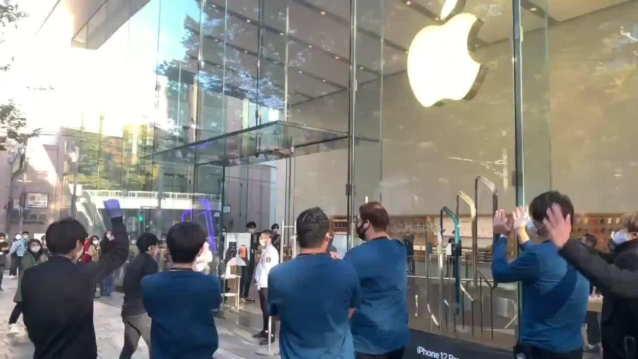 iPhone 12 mini và 12 Pro Max đến tay người dùng