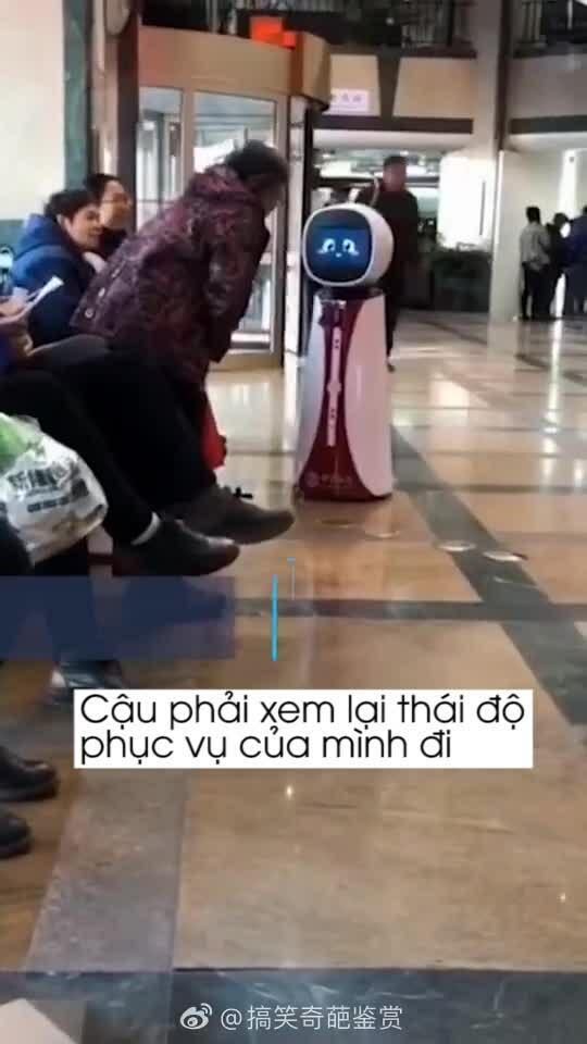 Cụ bà cãi nhau với robot gây bão mạng xã hội