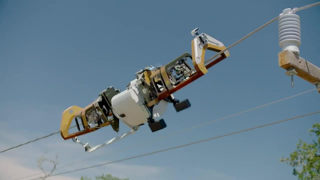 Robot đi trên dây điện, kéo cáp Internet của Facebook