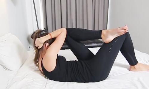 Bài tập trên giường giúp bạn ăn Tết không lo béo bụng
