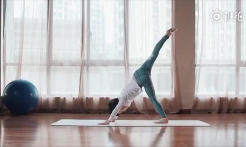 Học yoga để chữa tự kỷ, cậu bé kiếm được hàng trăm triệu