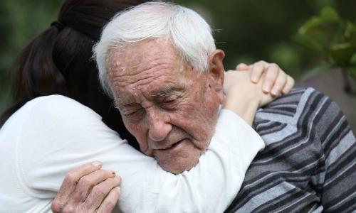 Giây phút cuối đời của tiến sĩ 104 tuổi tự tìm đến cái chết