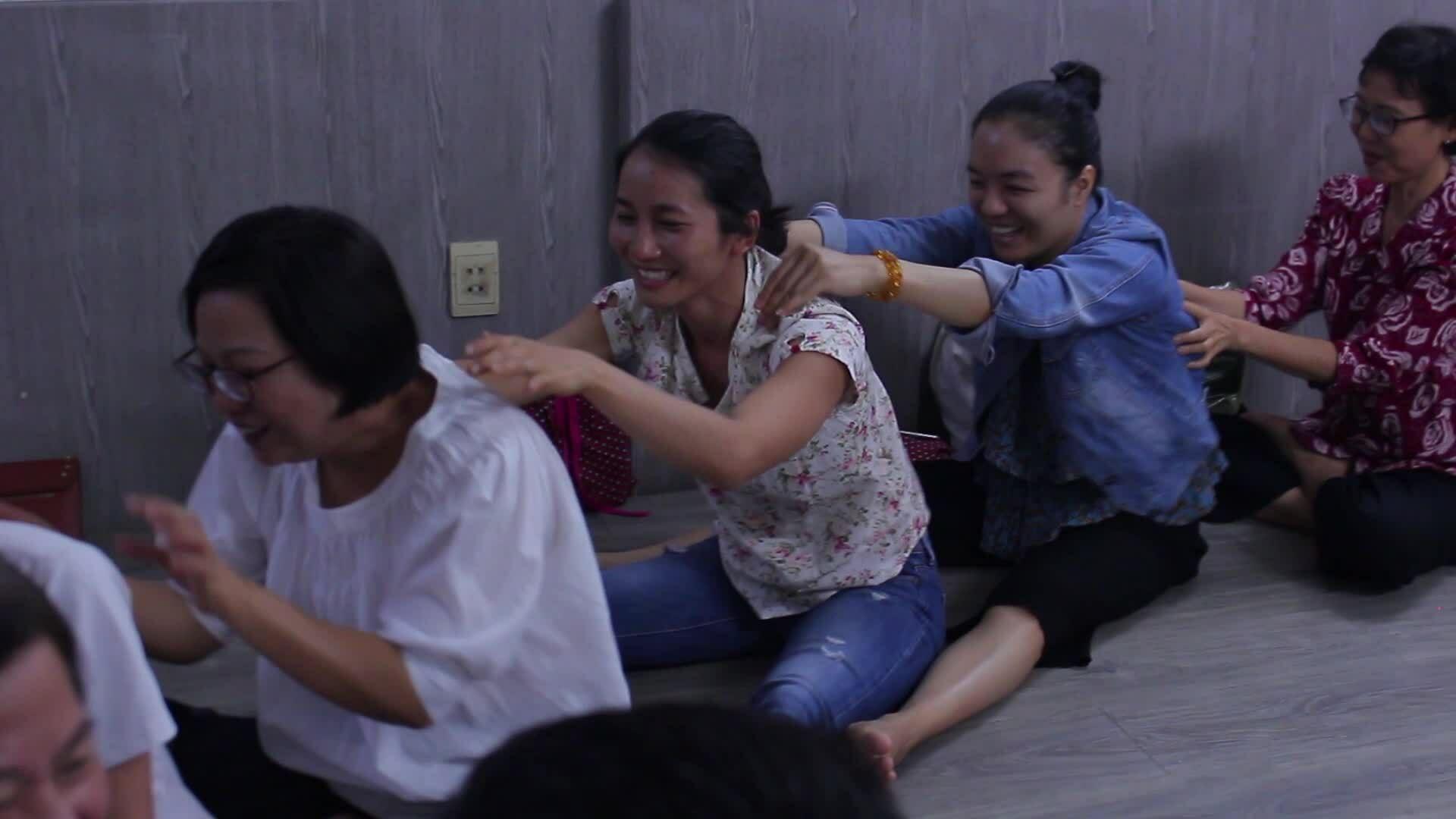 Lớp yoga cười cho bệnh nhân ung thư