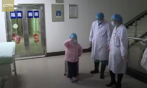 Em bé 5 tuổi nhiễm nCoV nhảy múa cảm ơn y bác sĩ ngày xuất viện