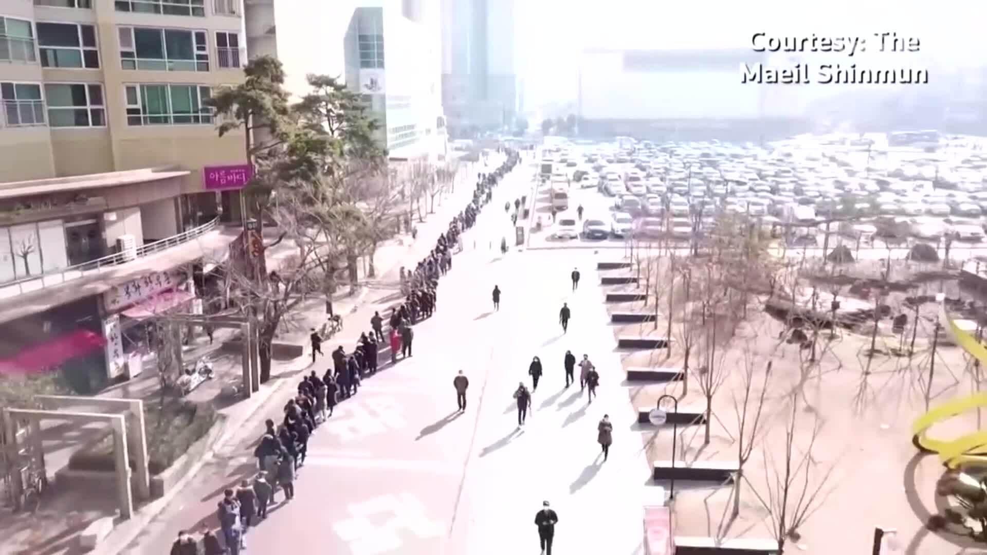 Người dân Hàn Quốc xếp hàng dài trăm mét để mua khẩu trang giá rẻ