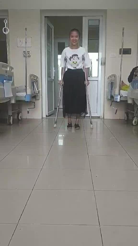 """Cô gái thay toàn bộ xương đùi: """"Ung thư thay đổi cuộc đời tôi"""""""
