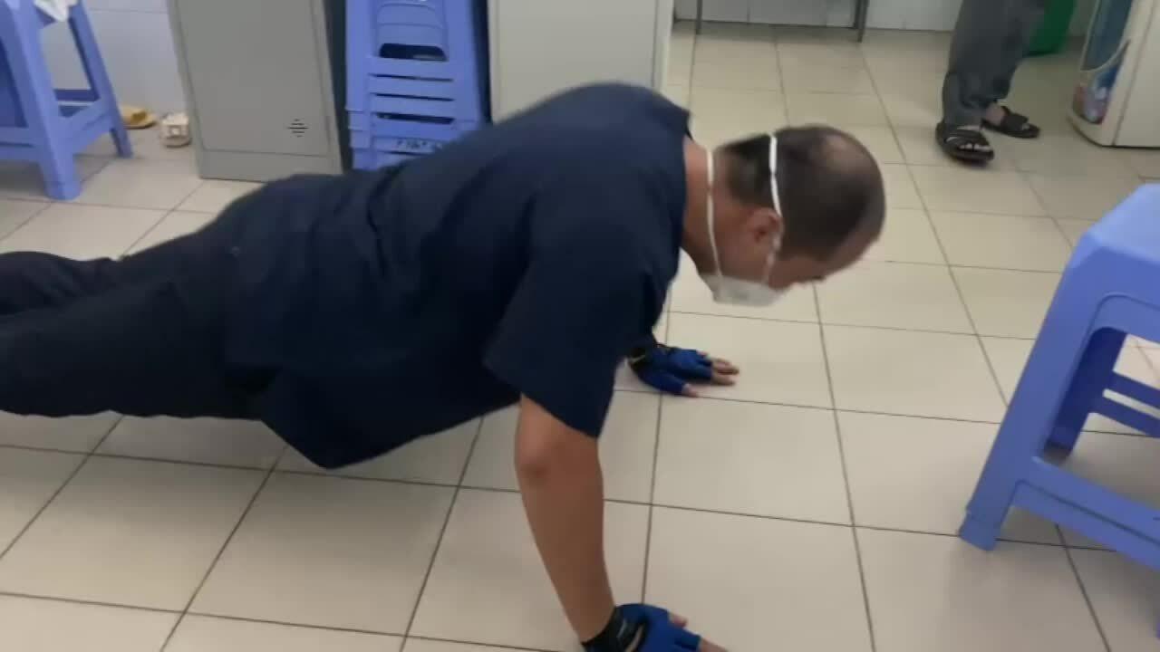 Bác sĩ Đà Nẵng tập thể dục động viên nhau