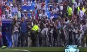 Mourinho bị phóng viên bao vây trên sân