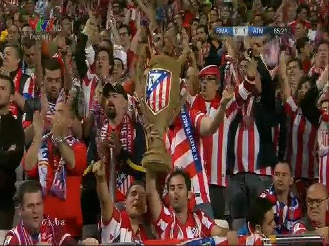Hình ảnh CĐV Atletico nâng Cup trên khán đài