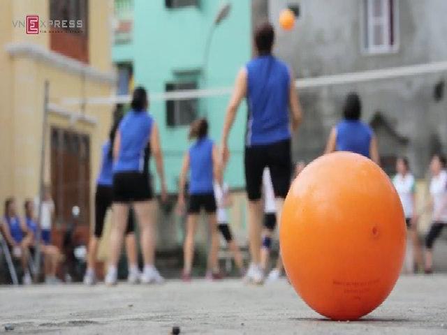 Một trận đấu bóng chuyền hơi ở Gia Lâm