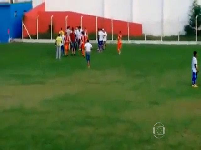Trọng tài rút súng dọa cầu thủ