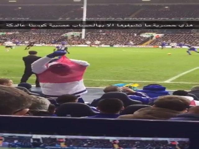 Diego Costa ném áo về phía Mourinho