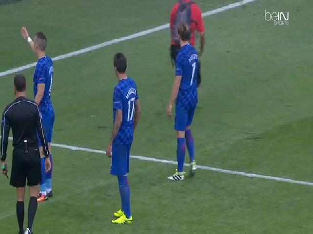 Cầu thủ Croatia dính pháo sáng từ trên khán đài
