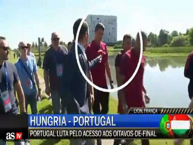 Siêu sao người Bồ ném mic của phóng viên xuống hồ nước