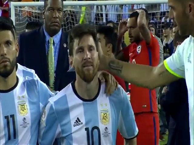 Messi khóc sau thất bại ở chung kết Copa America 2016