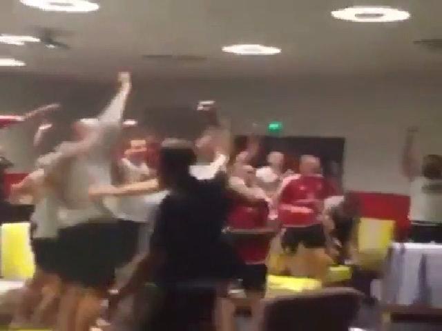 Xứ Wales ăn mừng sau khi tuyển Anh bị loại