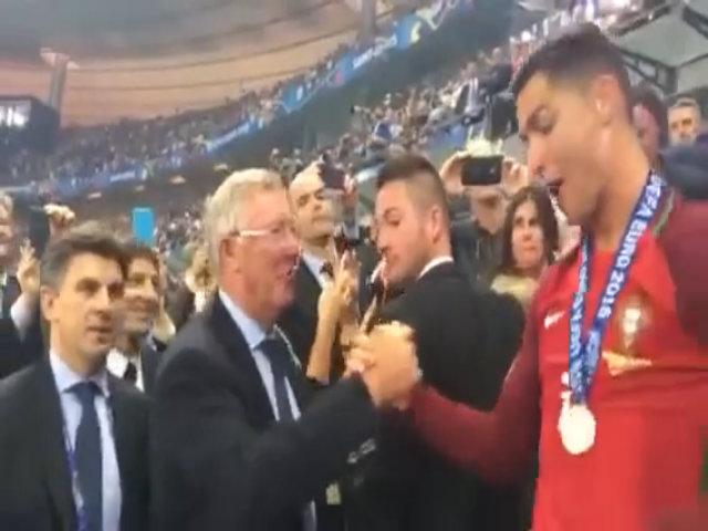 Alex Ferguson chờ bắt tay chúc mừng Ronaldo và Nani