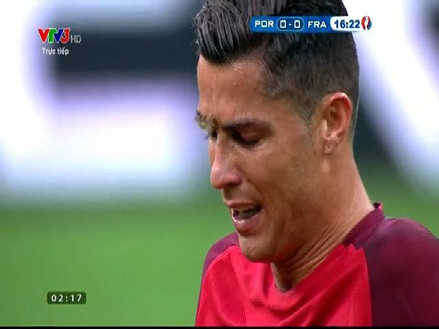 Trận đấu tạm dừng vì Ronaldo bị đau