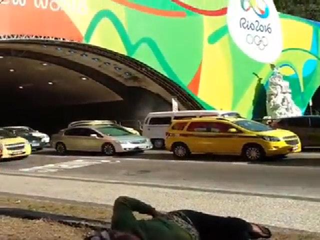 Người vô gia cư ngủ gần khẩu hiệu 'Một thế giới mới' của Olympic 2016