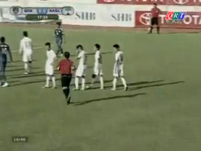 Trọng tài quên thẻ trong trận Quảng Ninh - HAGL