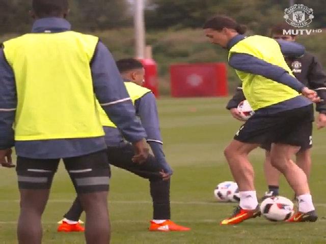 Ibra phô diễn pha chạm bóng tinh tế trong buổi tập ở Man Utd