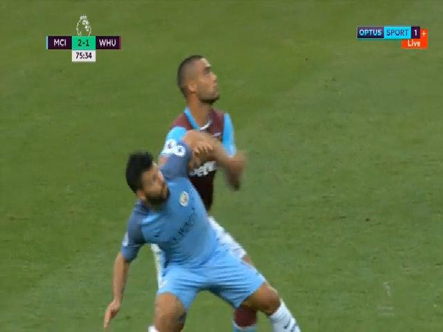 Aguero thúc cùi trỏ vào mặt đối thủ