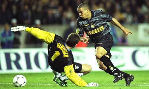 Ronaldo lừa qua thủ môn Lazio ghi bàn ở chung kết Cup UEFA 1998