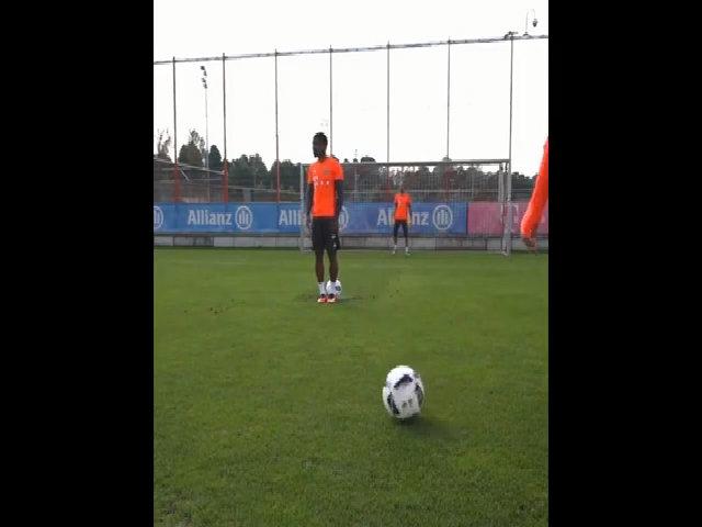 Douglas Costa ghi bàn bằng gót trên chấm 11m