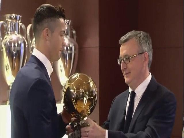 Ronaldo nhận Quả Bóng Vàng trong phòng truyền thống của Real