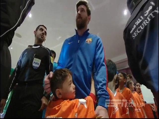 Cậu bé sáu tuổi quấn quýt, không muốn rời khỏi Messi