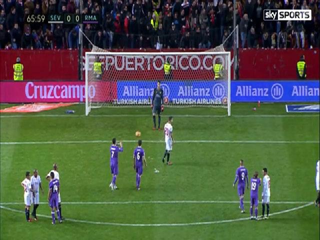 Ronaldo ném bóng vào lưng đối thủ