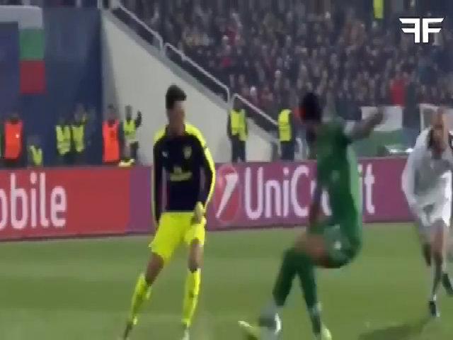 Ozil solo ghi bàn ở Champions League