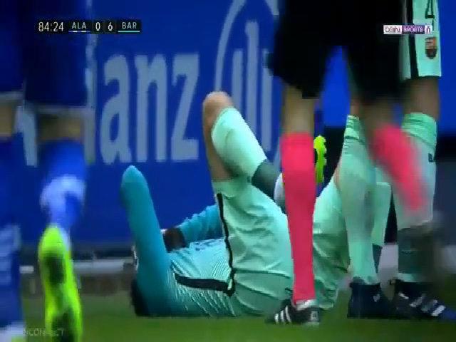 Cầu thủ Barca bị đạp gãy cổ chân
