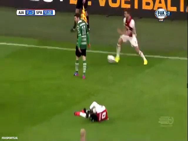 Cầu thủ Ajax mượn đồng đội bị đau để lừa bóng qua đối thủ