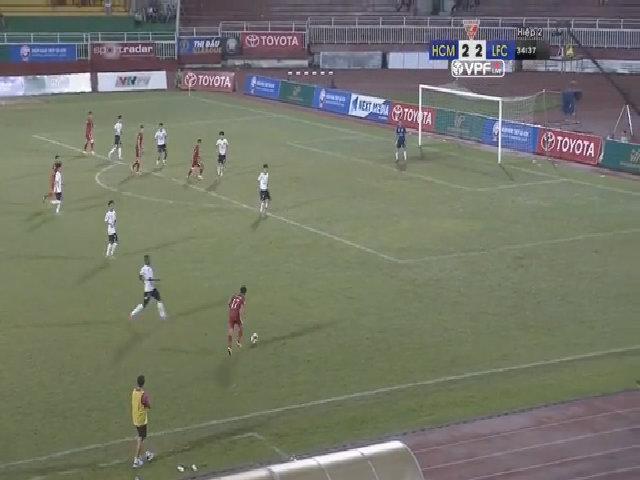 Cầu thủ Long An đứng im để đối thủ ghi ba bàn