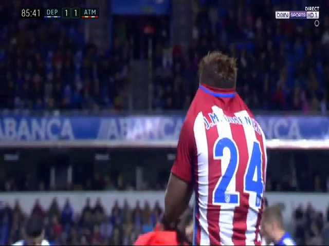 Torres nằm bất tỉnh trên sân V1