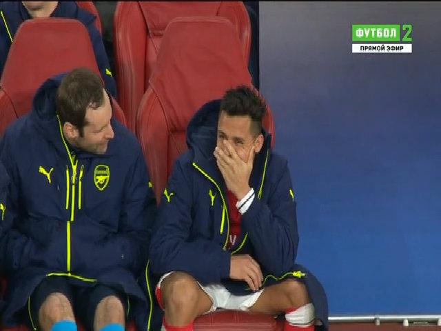 Sanchez cười trên băng ghế dự bị khi nhìn đội nhà thua trận