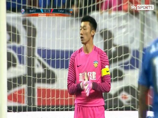 Cầu thủ Trung Quốc bị cắt lương hết mùa sau pha dẫm chân Witsel