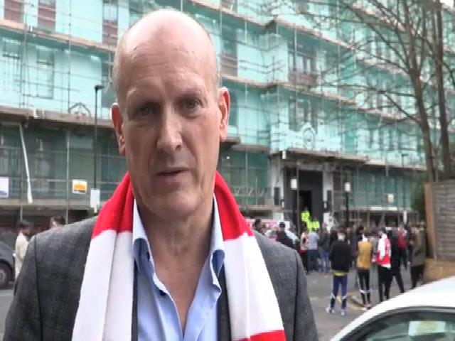 CĐV Arsenal ví Wenger với độc tài Mugabe