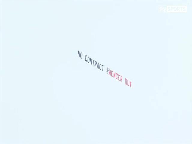 Ai là người đứng sau vụ máy bay kéo biểu ngữ ủng hộ Wenger