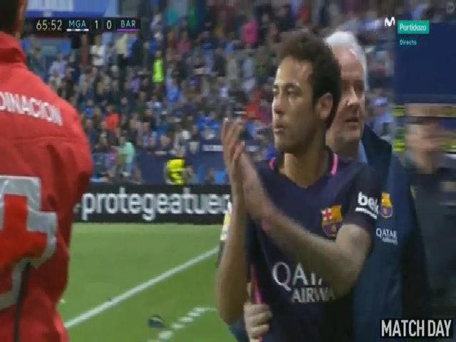 Vỗ tay về phía trọng tài, Neymar đối diện nguy cơ nghỉ trận El Clasico