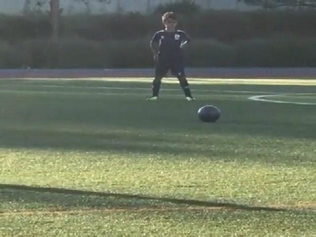 Con trai Ronaldo bắt chước kiểu đá phạt của bố