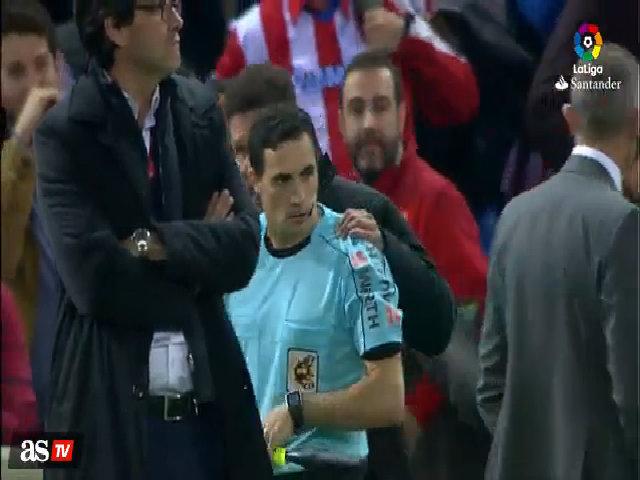 Simeone đối mặt với án phạt vì đặt tay lên vai trọng tài