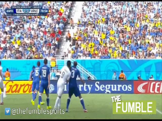 Suarez cắn Chiellini ở World Cup 2014