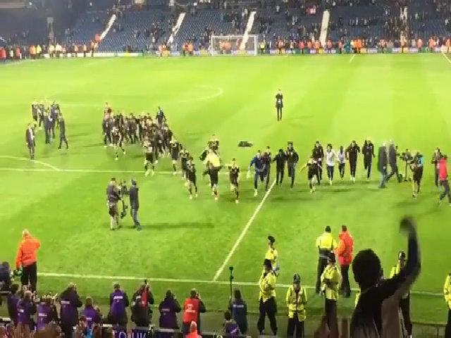 Cầu thủ Chelsea trượt cỏ ăn mừng