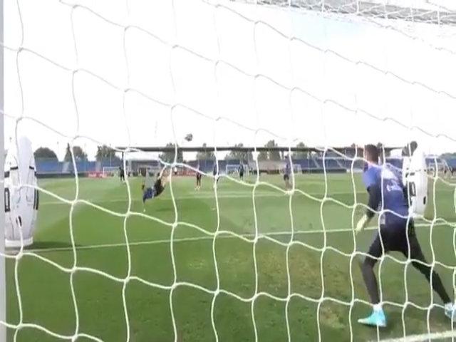 James tung người vô lê ghi bàn đẹp mắt trên sân tập Real